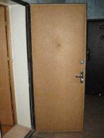 Как обить деревянную дверь – видео-инструкция по монтажу своими руками, особенности отделки снаружи старых металлических конструкций деревом, дермантином, цена, фото